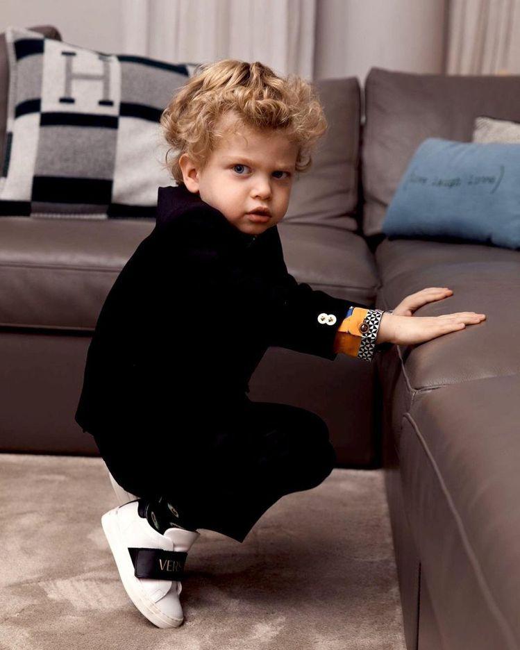 鬼靈精怪的Leo穿上跟爸爸款式一樣的縮小版衣服,看起來又更可愛。圖/摘自IG