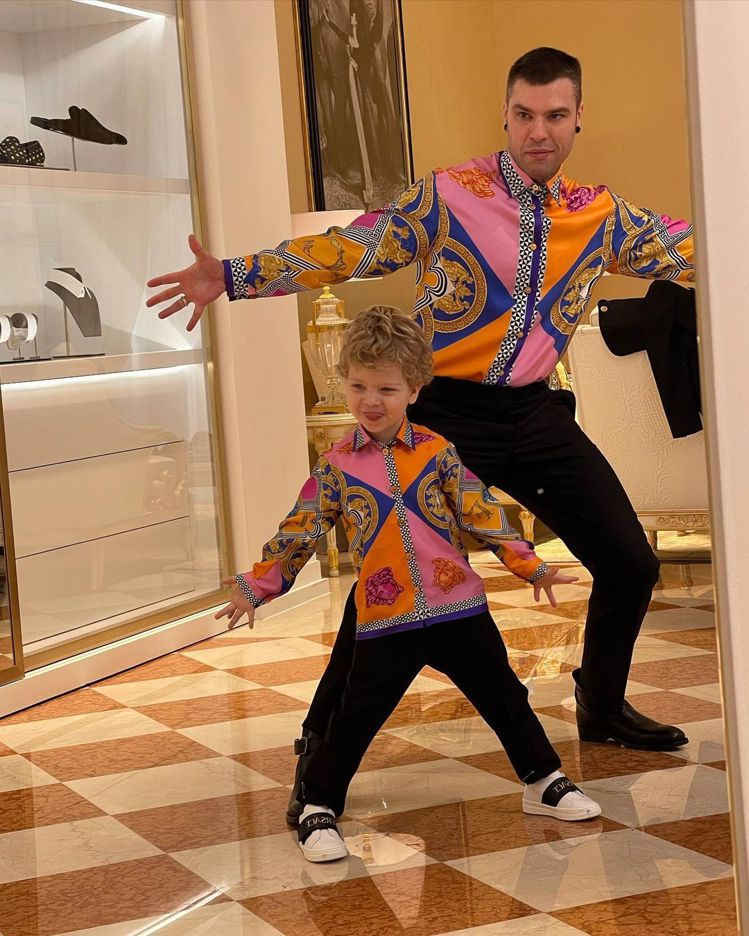 Chiara Ferragni老公Fedez和兒子Leo穿Versace設計師D...