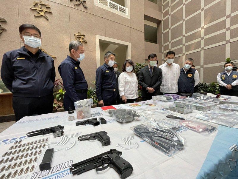 嘉義市長黃敏惠(左四)今上午看警方查扣證物。記者林伯驊/攝影