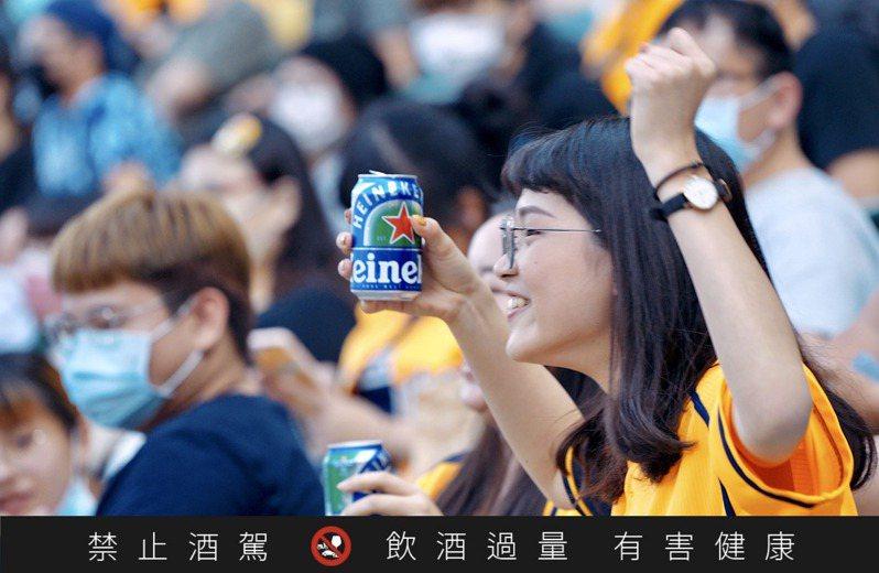 看準台灣廣大職棒愛好者,海尼根台灣推出「海尼根0.0零酒精前進中華職棒熱身賽」活動,憑入場票根將可免費索取試飲「海尼根0.0零酒精」一罐。圖 / 海尼根提供。提醒您:喝酒不開車、開車不喝酒。