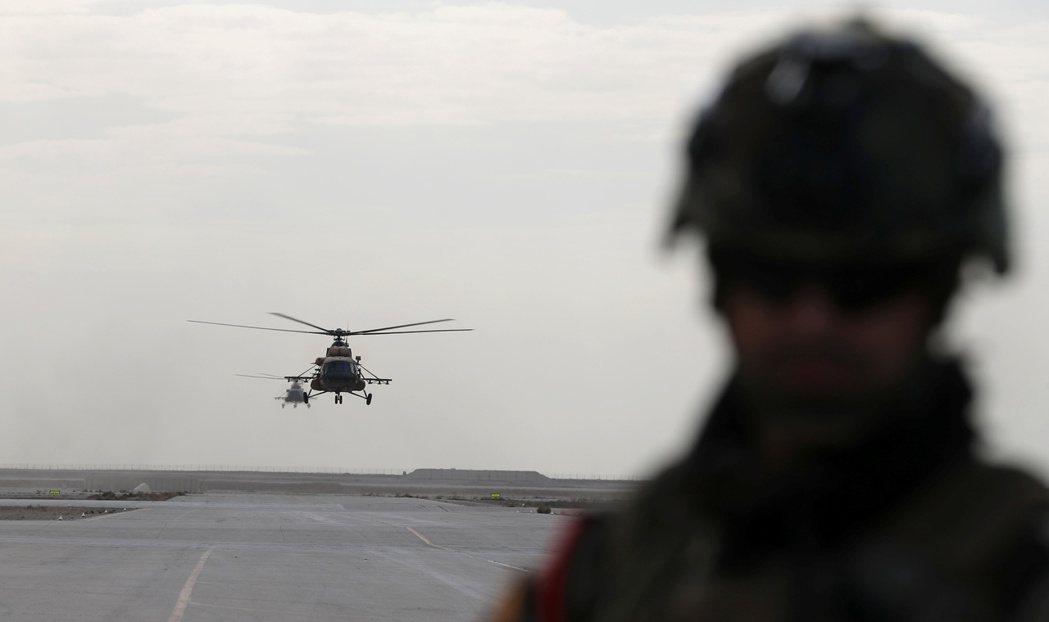 阿薩德空軍基地有美英聯軍跟伊拉克武裝部隊駐紮,圖為前年12月29日伊拉克軍方直升...