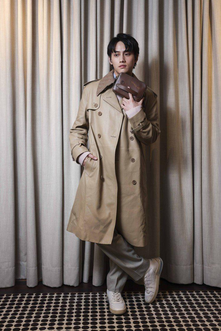 范少勳詮釋皮革風衣75,800元、襯衫9,500元、粉色毛衣16,800元、長褲...