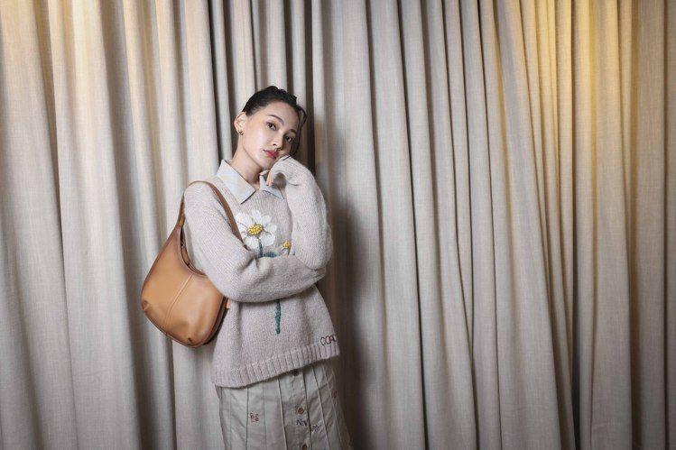 林映唯穿花朵毛衣19,800元、刺繡半身裙16,800元,搭配Ergo手袋14,...
