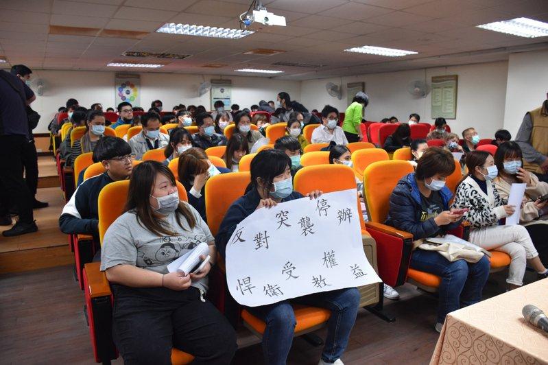 台灣觀光學院學生不希望學校停辦,要求原校畢業,維護受教權益。記者王思慧/攝影