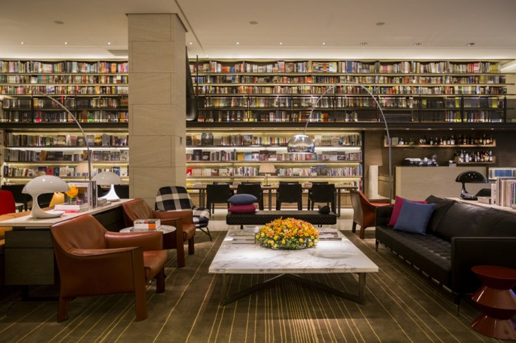 旅客入住,可盡情瀏覽大廳書坊The Lounge五千冊大型書牆 。圖/誠品行旅提...