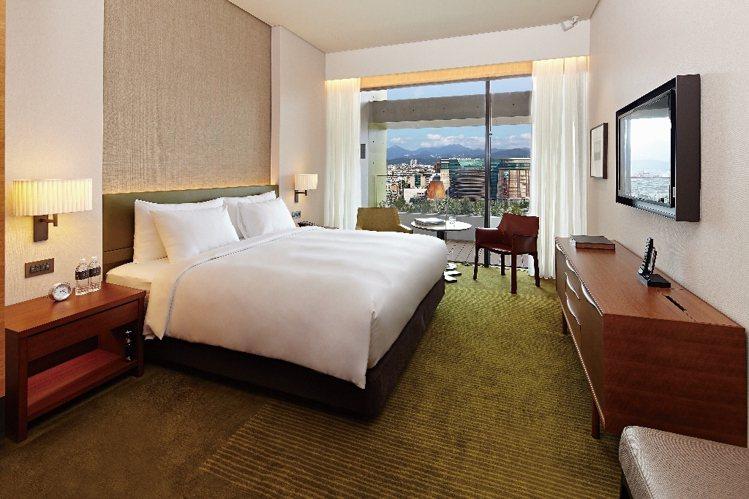 誠品行旅充滿人文氣息的雅緻客房,可遠眺陽明山景及101都會市景。圖/誠品行旅提供