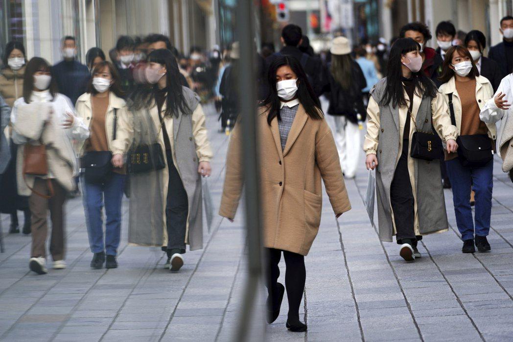 日本政府正討論將首都圈緊急事態宣言再次延長,圖為1日東京街頭人口一罩情形。美聯社