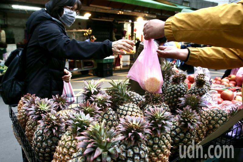 有日本人呼籲要多吃台灣鳳梨以報311大震災時台灣馳援日本的大恩。鳳梨示意圖。聯合報資料照片/記者林俊良攝影