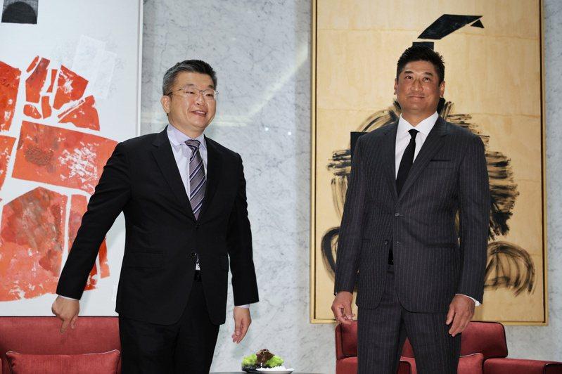 中華職棒會長蔡其昌(左)、中華棒協理事長辜仲諒討論國家隊,訂出東京奧運奪金的目標。記者曾原信/攝影