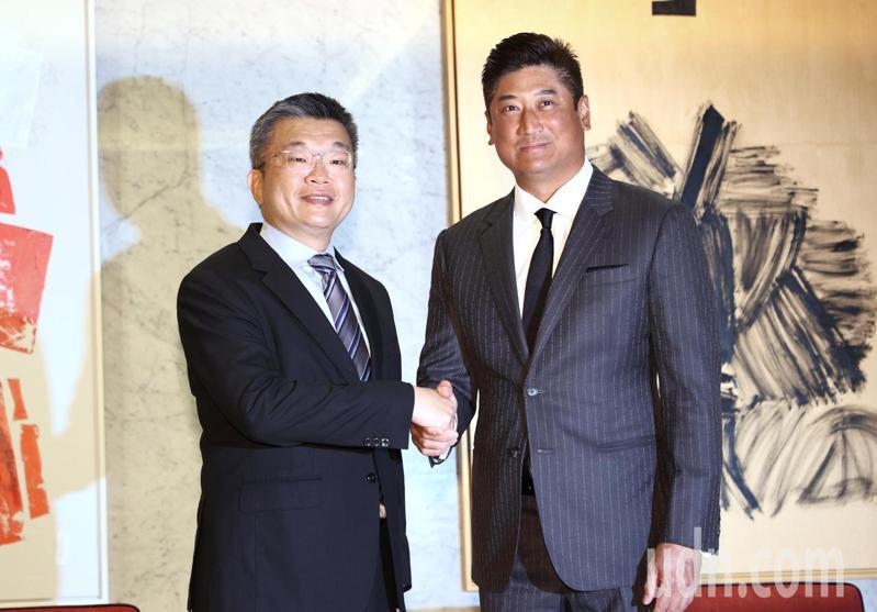 中職會長蔡其昌(左)上任後首度以會長身份,拜訪中華棒協理事長辜仲諒(右),確立兩組織的合作目標。記者曾原信/攝影