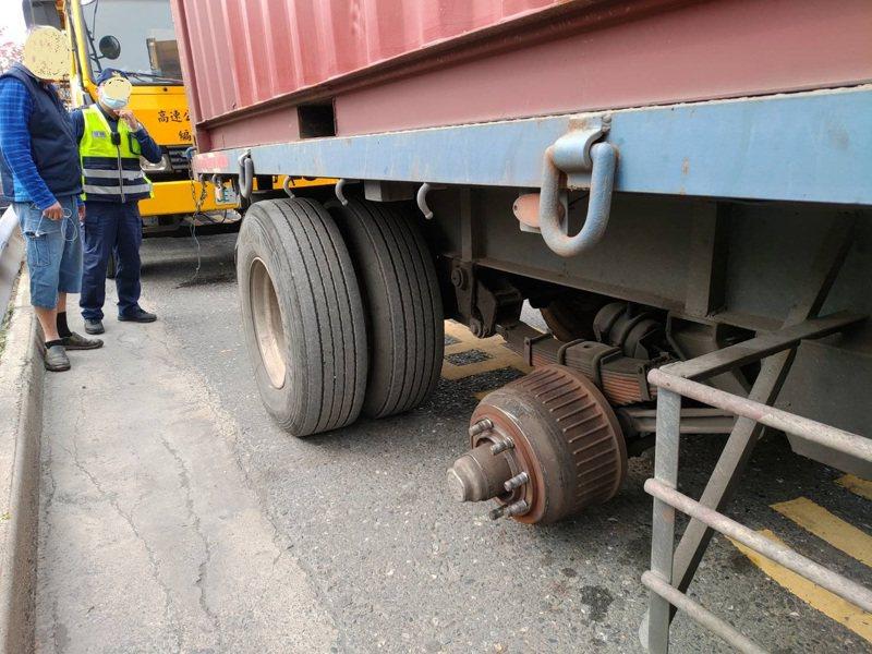 一輛行駛國道的大貨車,輪胎突脫落砸向對向車道汽車造成1死2傷。圖/第五公路警察隊提供