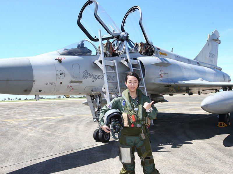 首位幻象2000戰機女飛行員上尉蔣青樺當年與戰機合影。圖/聯合報系資料照片
