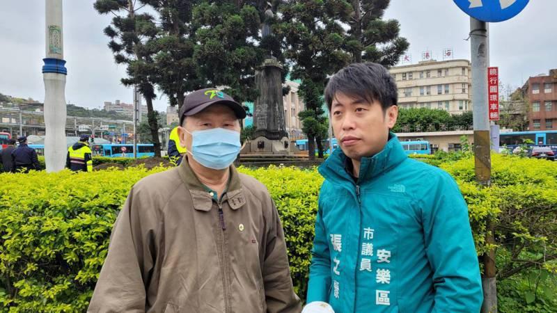 228受難家屬前往親眼看蔣介石銅像拆除。記者游明煌/攝影