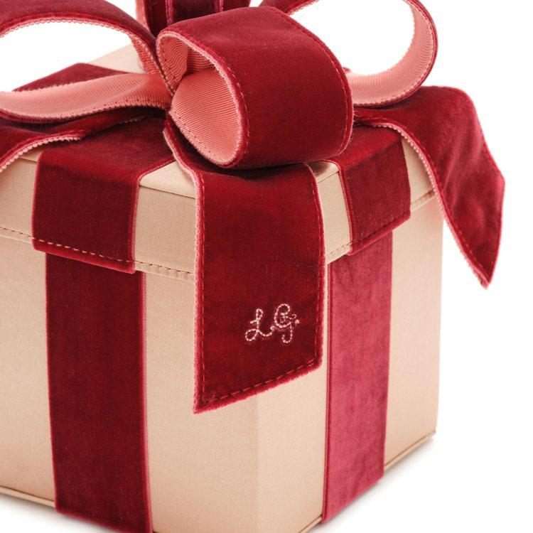禮物手提包也在本季換上了甜美的粉紅色,緞帶部分則是酒紅色,流露出可愛與成熟感兼具...