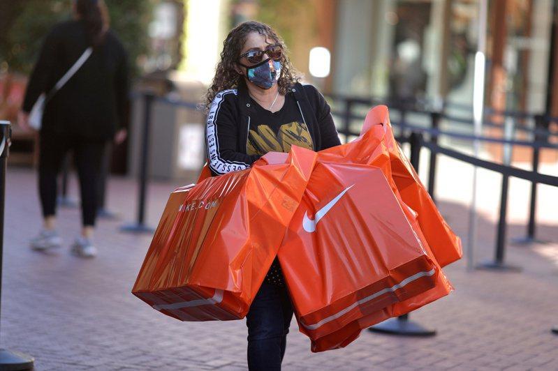 美國民眾若拿儲蓄大肆消費,可望大幅帶動經濟成長。路透