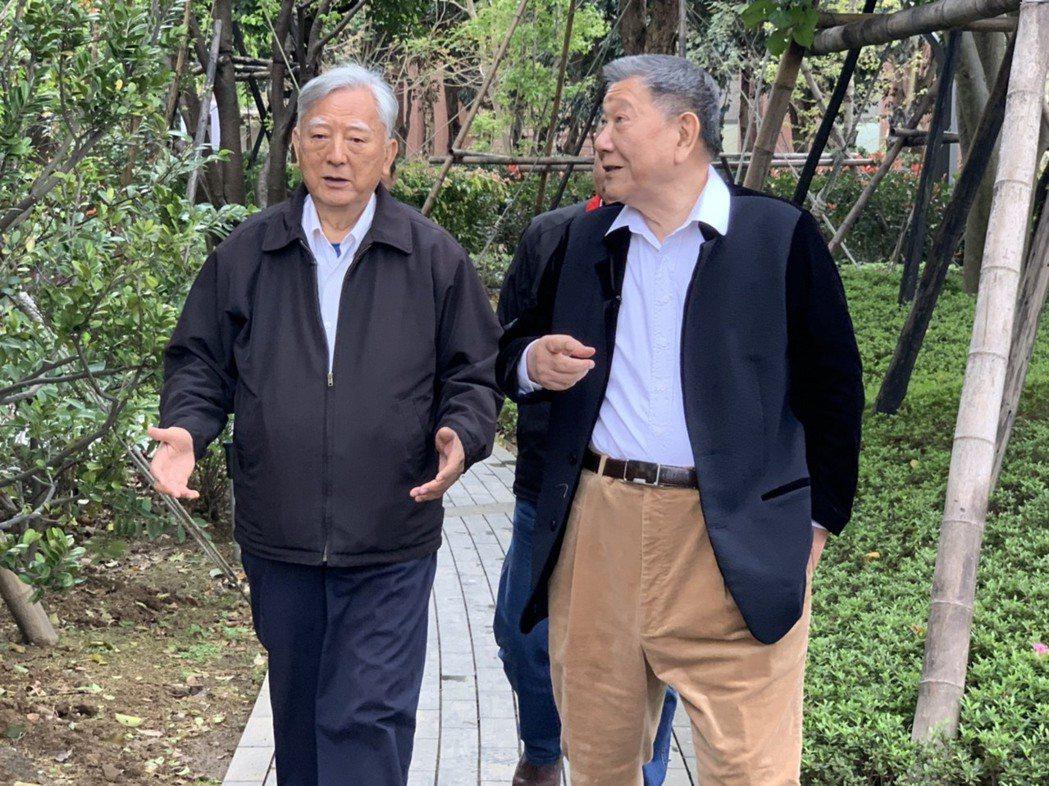 威京總部集團主席沈慶京(右)、黃大洲(左)。圖/業者提供
