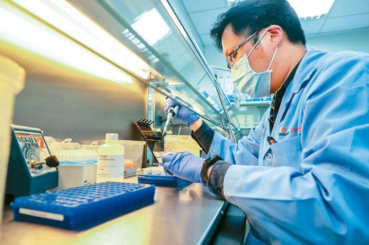 健保署正在研擬給付最新基因檢測次世代定序。面對新的醫療科技,也有保險業者與基因檢...
