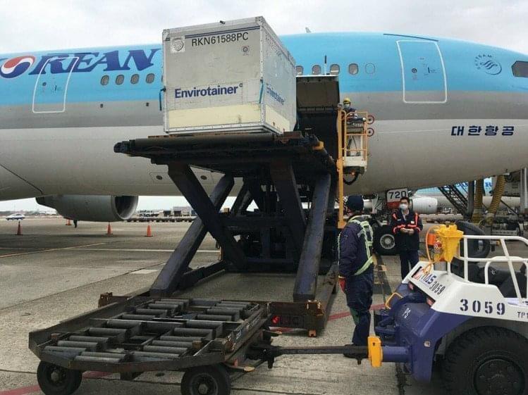 我國首批20萬劑AZ疫苗,上午10時25分搭乘韓國航空KE-691班機運抵台灣桃園機場。圖/讀者提供
