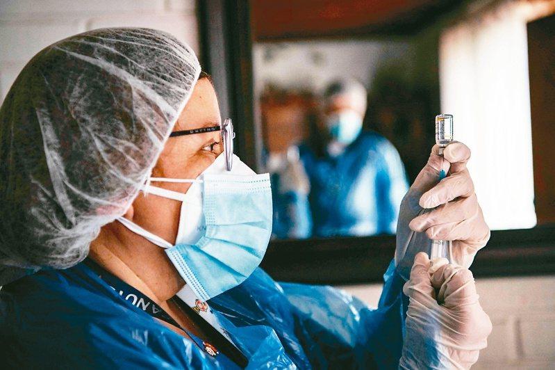 英國英格蘭國民保健署(NHS)已邀請56歲到59歲的人在未來一週預約接種疫苗。圖/法新社