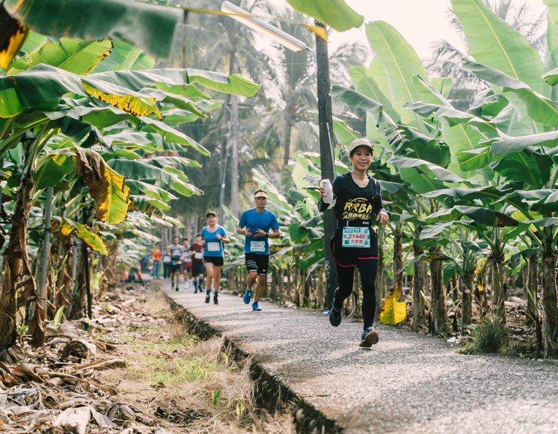 旗美馬拉松以穿越香蕉大道聞名,路線也納入許多美濃客庄美景,讓跑友難忘。圖/聯合數位文創提供