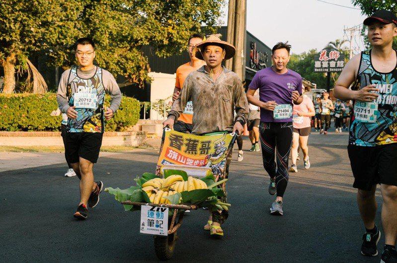 穿香蕉裝或客家藍衫的跑友成為賽事亮點。圖/聯合數位文創提供