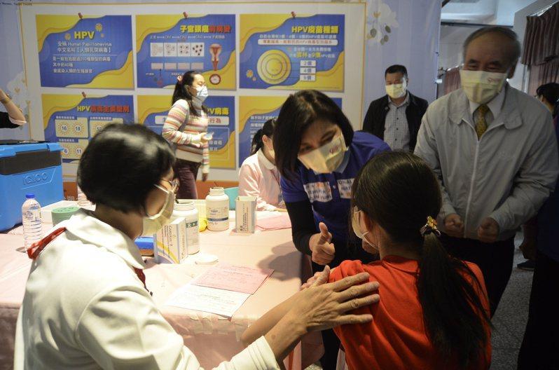 雲林縣長張麗善(前左2)到北港建國國中關心9價HPV疫苗施打情形。記者陳苡葳/攝影