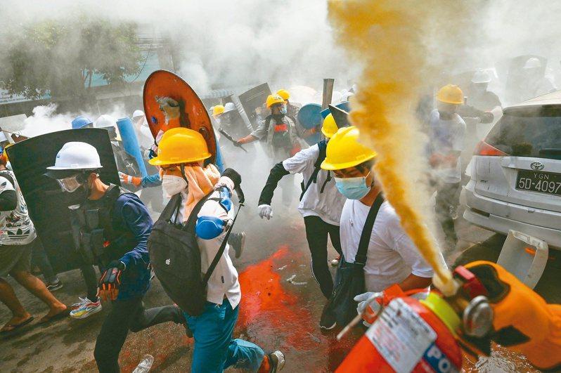 仰光反軍事政變的示威者三日使用滅火器和自製盾牌對抗安全部隊的鎮壓。(法新社)