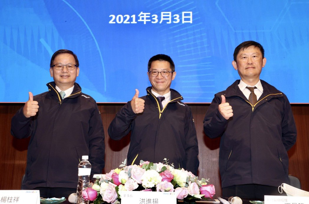 群創董事長洪進揚(中)、總經理楊柱祥(左)與執行副總經理丁景隆(右)昨天均出席法...