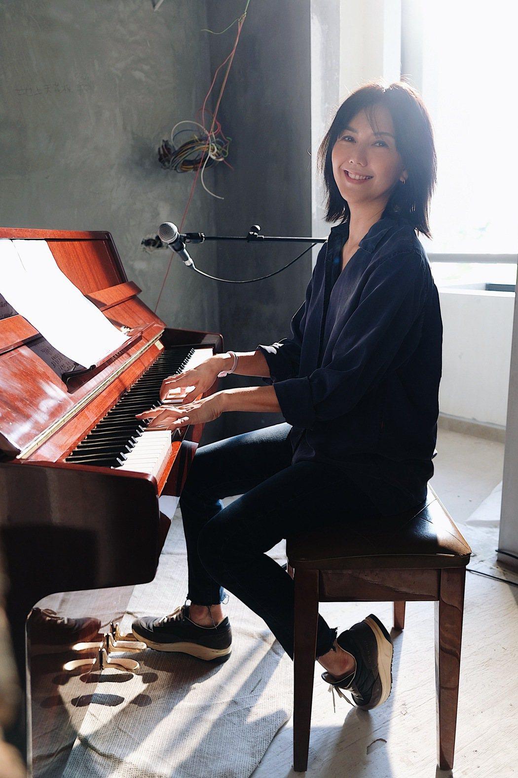 孫燕姿推出自彈自唱「餘額」的影片。圖/MAKE / MUSIC提供