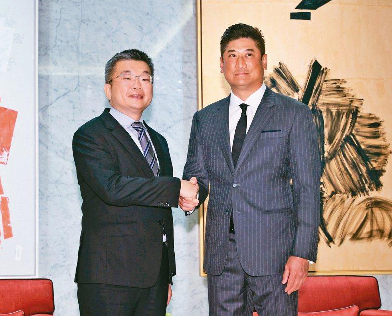 中職會長蔡其昌(左)上任後昨首度拜訪中華棒協理事長辜仲諒(右),兩人對中華隊前進奧運表達共同看法。記者曾原信/攝影