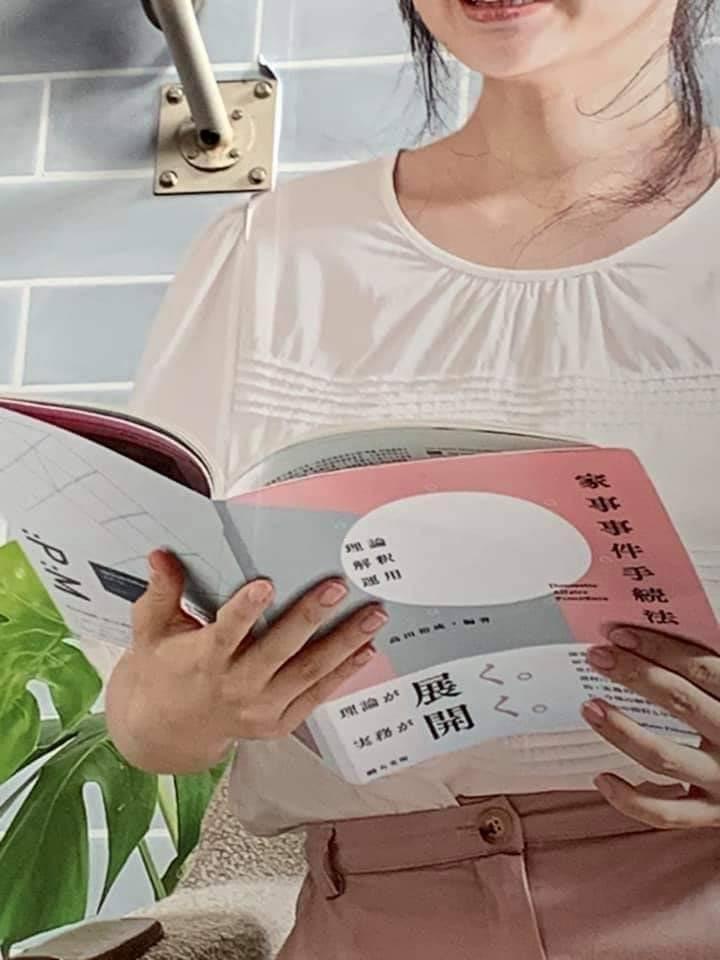 網友發現廣告中福原愛手上拿的日文書有玄機。 圖/擷自推特