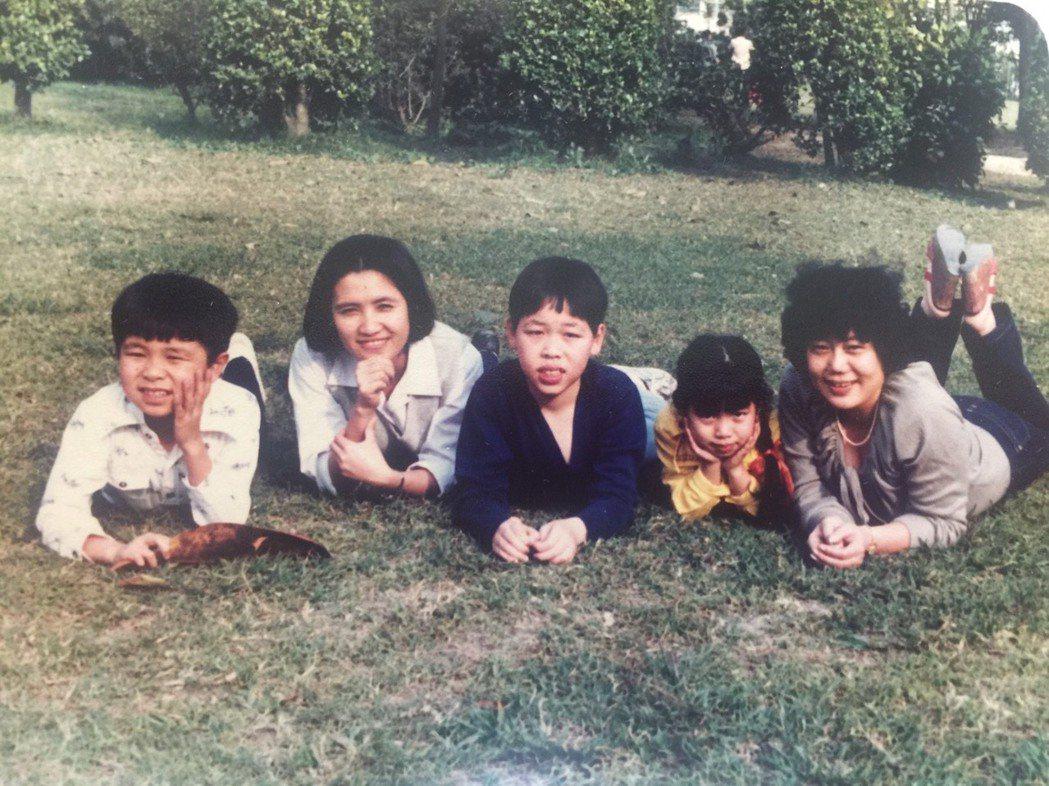 王誌成(左)兒時住在虎山山腳下,從小就愛往山裡跑跳。照片提供/王誌成