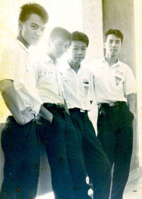 王誌成(右二)學生時代就展露了繪畫天分。照片提供/王誌成