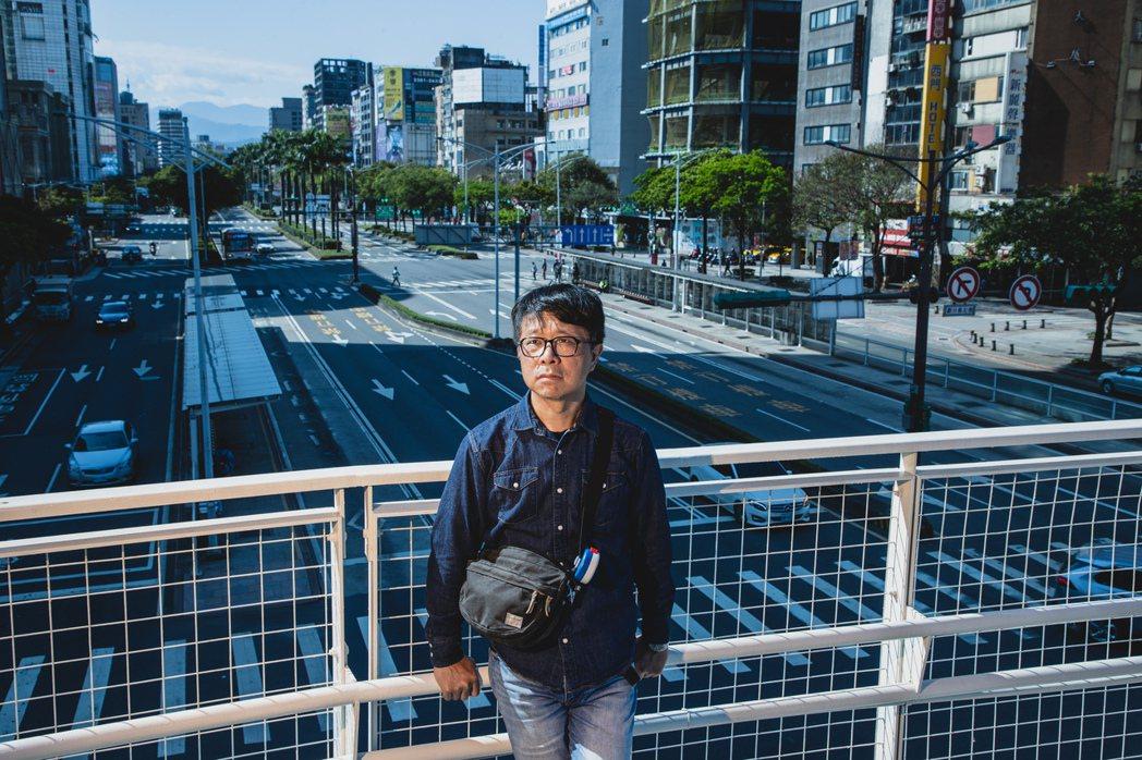 王誌成走在如今橫跨中華路的天橋,表示過去的中華路有中華商場及鐵路,天橋位置也與現...