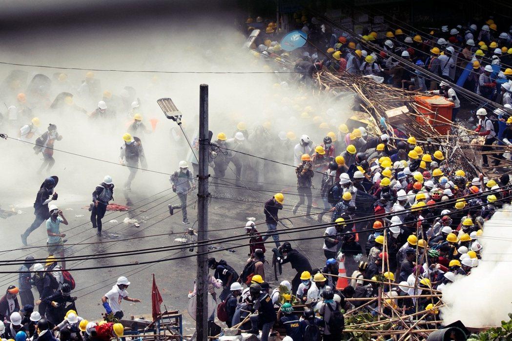 面對國際壓力與人民怒火的高速升溫,緬甸軍政府反而更加強硬。圖為仰光的抗爭現場。 ...
