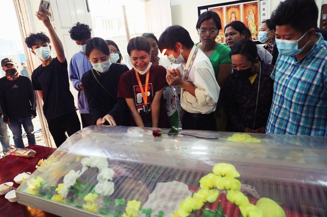 緬甸19歲的抗爭者Ma Kyal Sin,後因遭到軍警槍擊而不幸身亡,引爆緬甸輿...