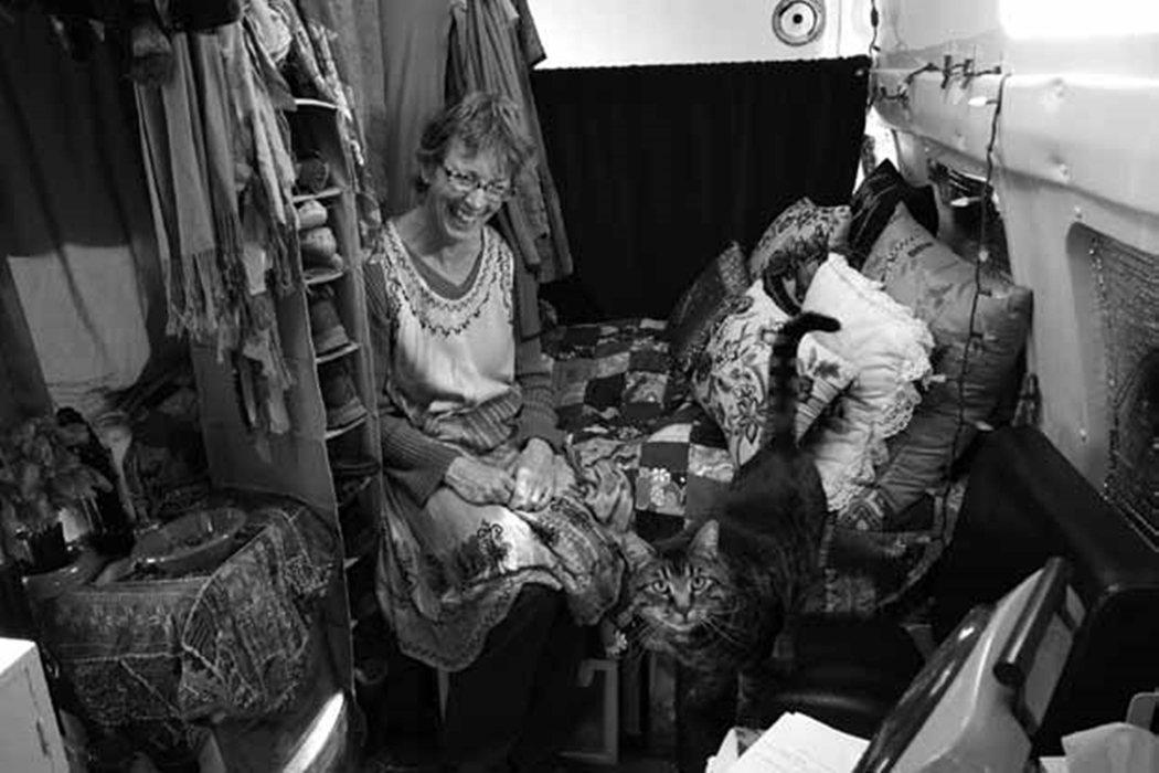 60歲的希爾維安,與她的露營車「瑪莉艾絲梅拉達皇后號」,是1990年份的福特E3...