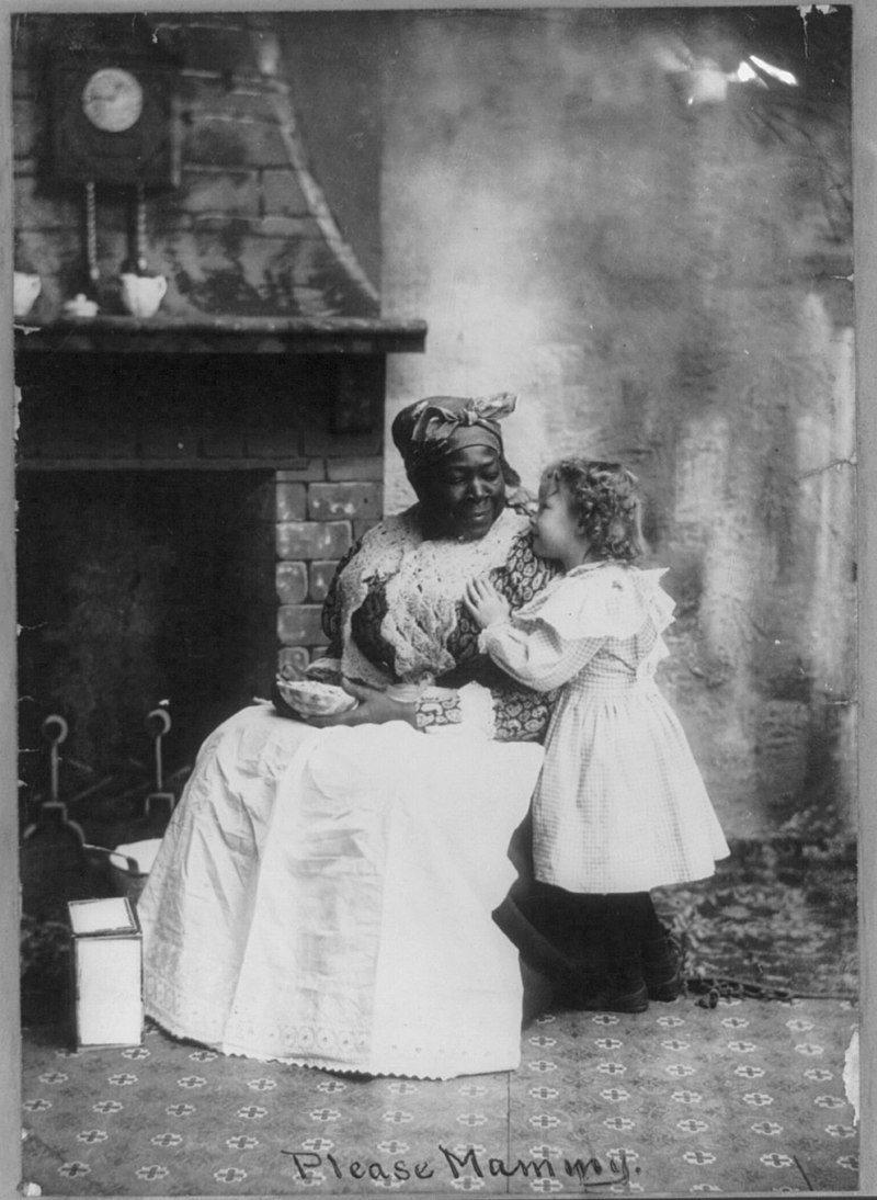 19 世紀的黑人姆媽與白人小主人,畫面看來親密無間,美國小說家威廉·福克納也在自...