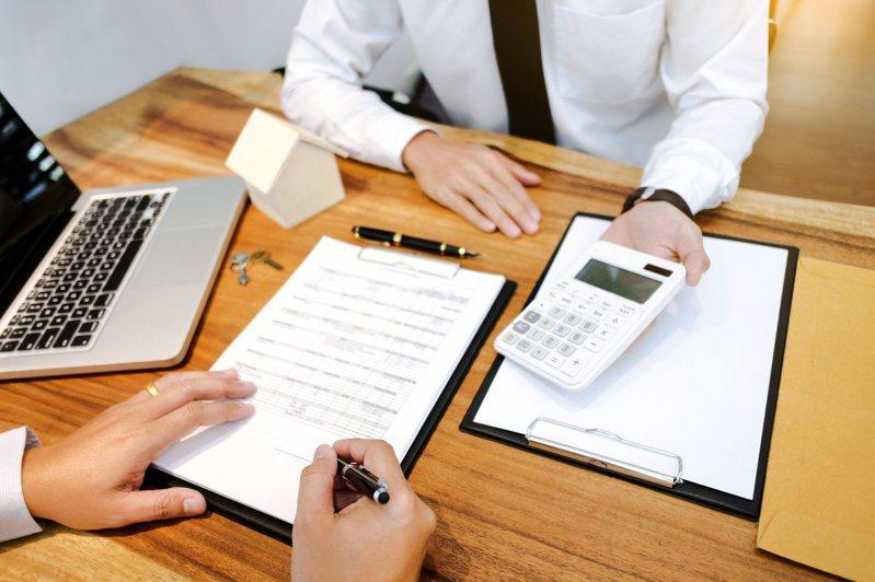 筆者分析「類全委投資型保單」與「好享退」專案哪一個比較適合當做退休規劃的工具。 示意圖/Ingimage