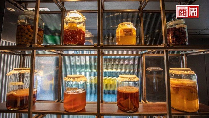 ULV Restaurant And Bar設有全台唯一康普茶調酒吧,進門即可見一座康普茶陳列牆,全由餐廳自釀製成。(攝影者.郭涵羚)