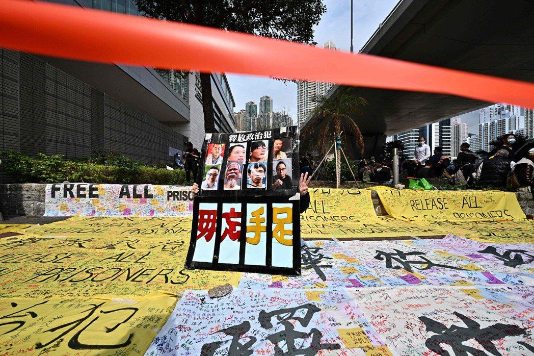 3月1日,攝於西九龍裁判法院外。 圖/法新社
