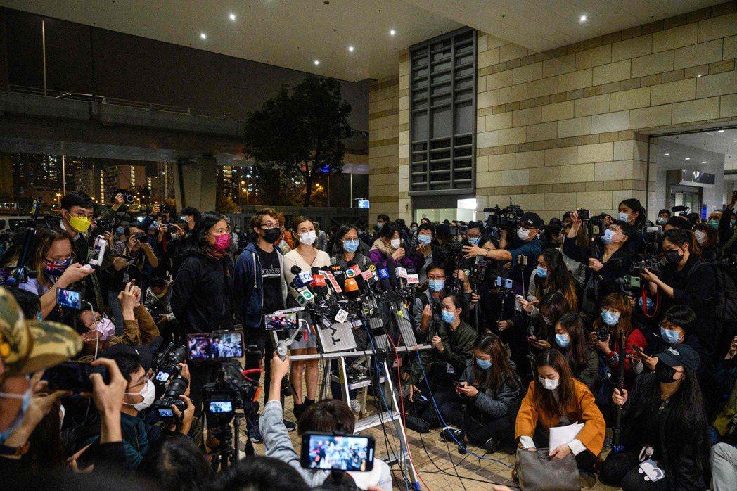 3月4日,香港民運人士與親友在法庭外接受媒體採訪。左至右為梁國雄之妻、陳皓桓、岑敖暉之妻、朱凱迪之妻。 圖/法新社