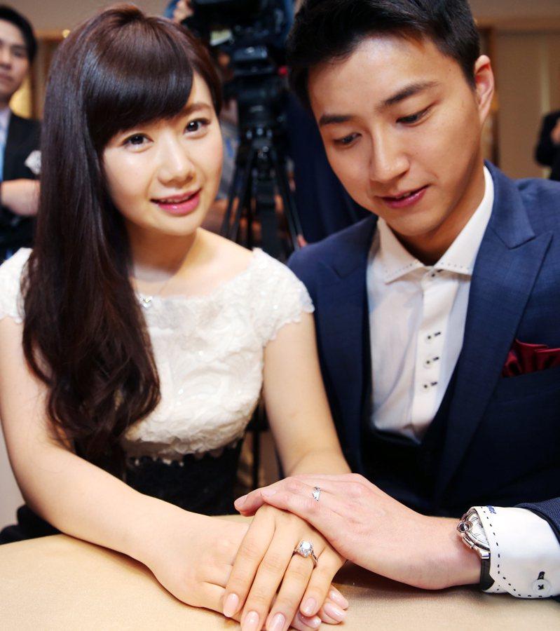 江宏傑與福原愛5年前公布婚訊,在記者會中大方秀出手中的結婚鑽戒。(本報資料照片)