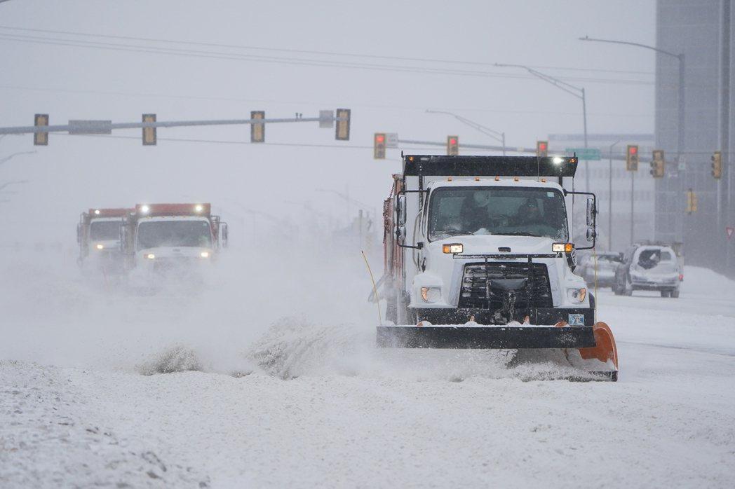 暴風雪侵襲美國,連南方的德州都創下低溫紀錄。圖為奧克拉荷馬州首府奧克拉荷馬市的除...