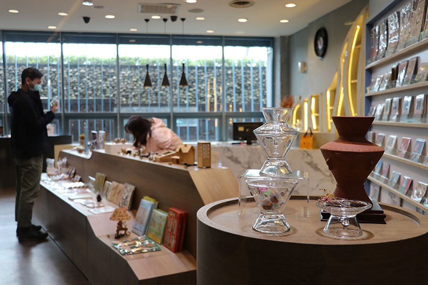 十三行文化商店通透明亮的空間設計,宛如時尚精品店。 十三行博物館/提供