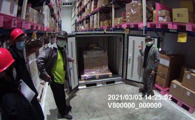 首批牛津AZ疫苗3日運抵台灣,在食藥署人員監督下開箱。圖/食藥署提供