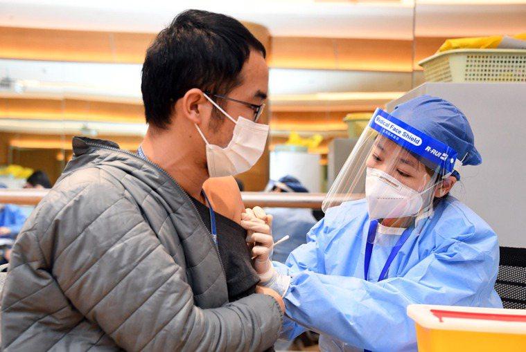 學者指出,中國的疫苗生產還沒有全面展開,數量不夠;另一方面,中國民眾對國產疫苗品...