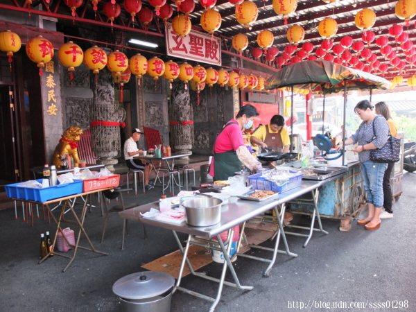 因為攤位開在屏東玄聖殿前,自然而然成了在地饕客口中的廟口蛋餅。
