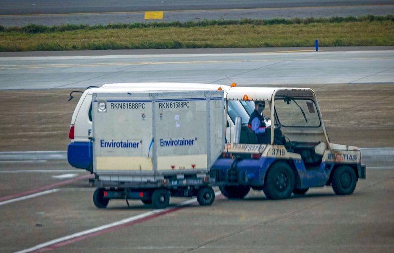 大韓航空昨天以腹艙裝貨方式,運送十一萬七千劑AZ疫苗抵桃園機場,疫苗裝在專用冷鏈貨櫃中,卸載後拖往華儲公司通關入境。記者陳嘉寧/攝影