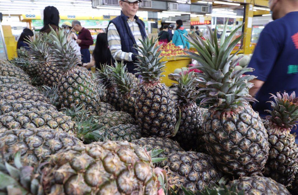 不少美國僑胞響應認購鳳梨,卻發現囿於美國限制,台灣的新鮮鳳梨根本無法進入美國,只...